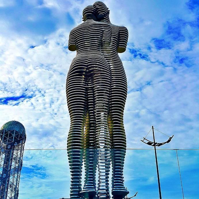ogromnye-8-metrovye-statui-2