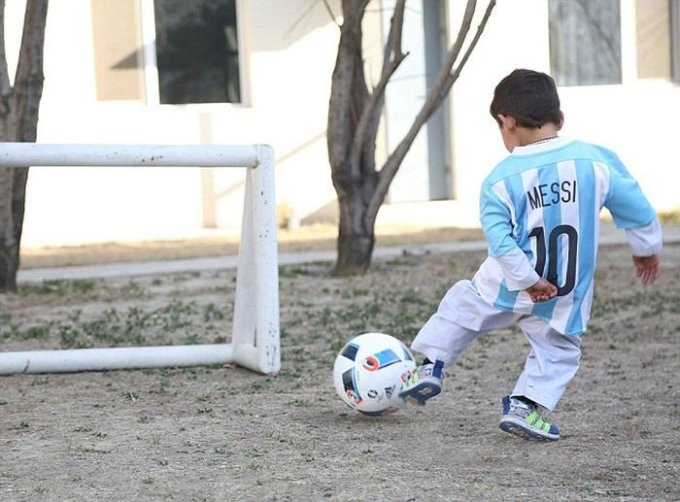 malchik-v-mayke-iz-paketa-poluchil-futbolki-ot-lionelya-messi-4