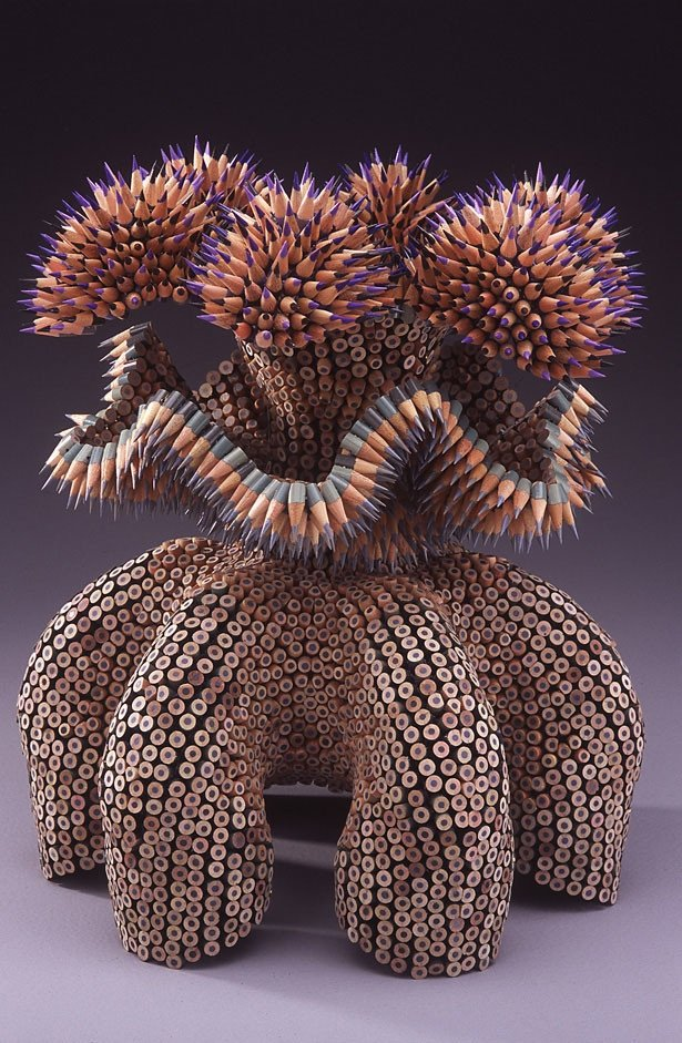 skulptury-iz-cvetnyh-karandashey-6