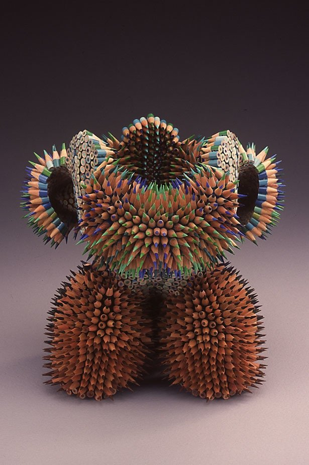 skulptury-iz-cvetnyh-karandashey-8