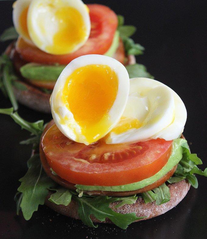 Необыкновенный тост. Хрустящий хлеб с ветчиной, зеленью, помидором и яйцом. Что может быть вкуснее?