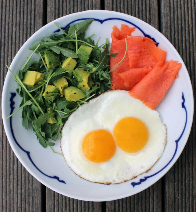 Яйца, салат с авокадо и лосось. Этот завтрак включает в себя все самые полезные и необходимые вещества.