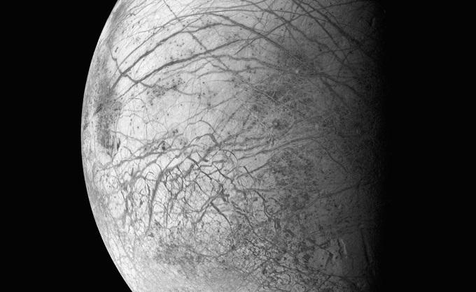 Гребни ледяных гор и разломы коры ледяной же оболочки Европы, одной из многих лун Юпитера. Galileo, 29 марта 1998 года.