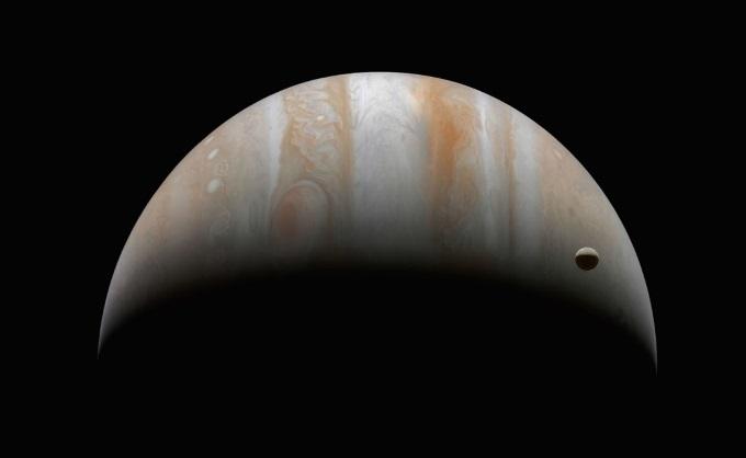 Юпитер и Ганимед, самый большой спутник в нашей Солнечной системе. Cassini, 10 января 2001 года.