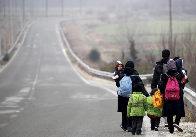 Мигранты из Афганистана направляются к границе между Грецией и Македонией недалеко от посёлка Идомени в Греции, 24 февраля 2016 года.