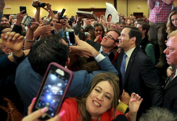 Кандидат на пост президента США от Республиканской партии Марко Рубио фотографируется со своими сторонниками во время встречи в рамках предвыборной кампании в Хьюстоне, штат Техас, 24 февраля 2016 года.