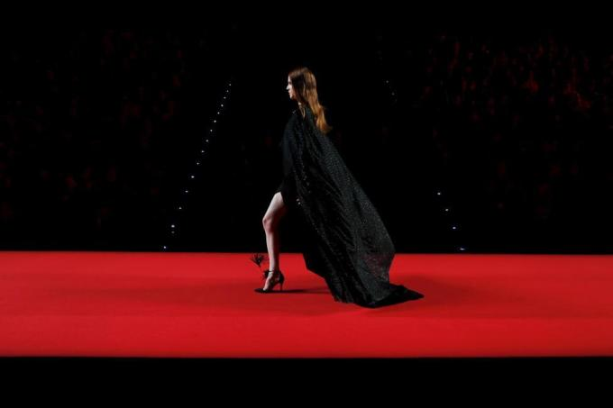 Модель демонстрирует наряд из коллекции Juanjo Oliva Fall/Winter 2016 на Неделе моды Mercedes-Benz в Мадриде, Испания, 19 февраля 2016 года.
