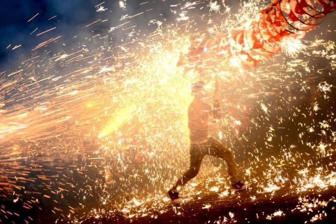 Мяо отмечают праздник фонарей в китайской провинции Гуйчжоу, 22 февраля 2016 года.