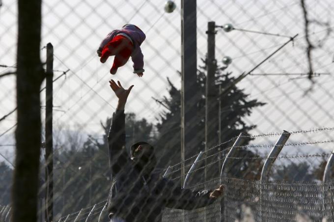 Мигрант играет со своим ребёнком в городе Гевгелия в Македонии недалеко от греческой границы, 19 февраля 2016 года.