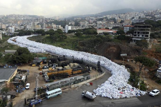 Мешки с мусором в Эль-Джудейде, пригороде Бейрута, Ливан, 23 февраля 2016 года.