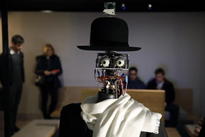 Робот Berenson прогуливается среди посетителей выставки «Persona: Oddly Human» в Музее на набережной Бранли в Париже, 23 февраля 2016 года. Робот запрограммирован фиксировать реакцию посетителей на произведения искусства и на основе полученных данных формировать свой собственный вкус.