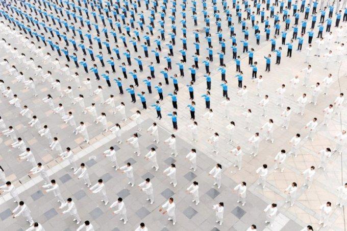 Групповые занятия по Тайцзи — работа с энергетическим импульсом и познанием себя, Китай, 18 октября 2015. (Фото China Daily | Reuters)