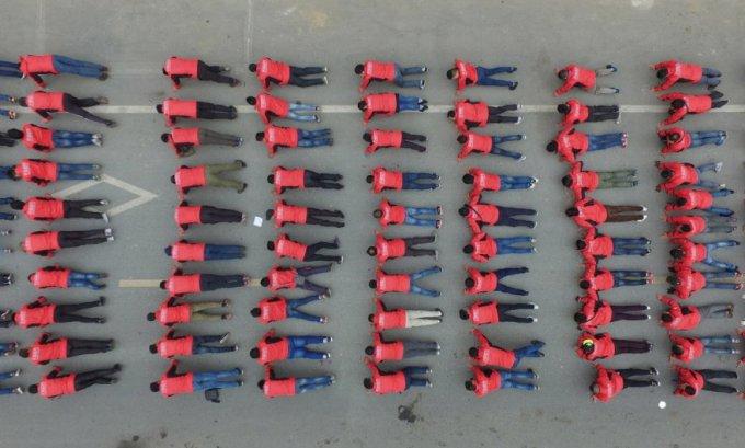 Будь в форме. Групповая тренировка в службе доставки, Шанхай, Китай, 30 марта 2016. (Фото Reuters)