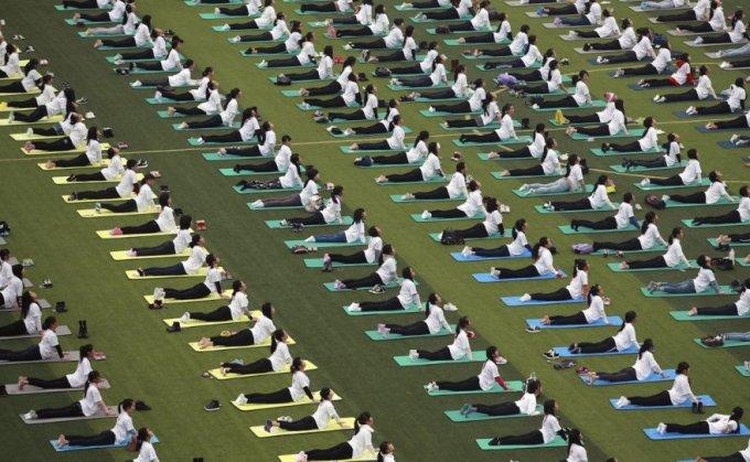 Групповые занятие по йоге, Гуанси-Чжуанский автономный район, 29 ноября 2015. (Фото Reuters)