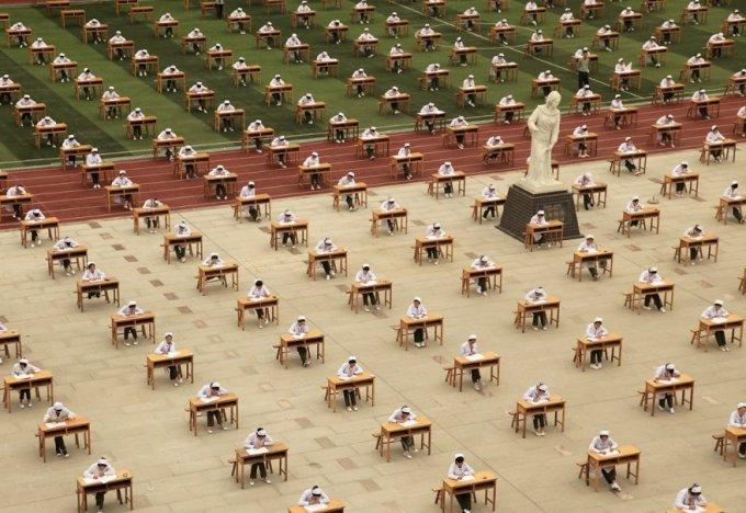 Экзамены в школе медсестер. Чтобы вместить всех, пришлось задействовать стадион, провинция Шэньси, 25 мая 2015. (Фото Reuters)