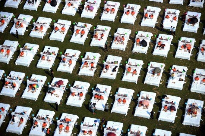 Китайцы очень любят устанавливать мировые рекорды по численности. А вот и очередной — по количеству одновременных завтраков в кровати, 19 августа 2015. (Фото Lao Cai)