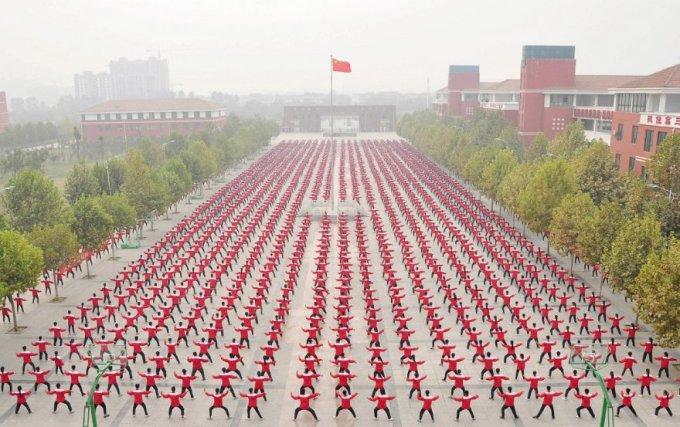 Бесчисленное количество студентов на спортивной площадке средней школы, провинция Хэнань, 18 октября 2015. (Фото Reuters)