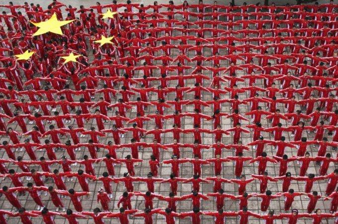 Упражнения в начальной школе по формированию живого национального флага, провинция Цзянси, 22 сентября 2009. (Фото China Daily | Reuters)