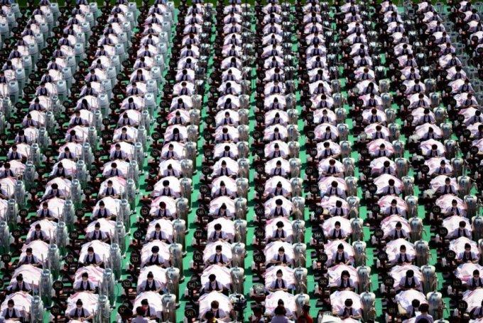 Еще одна попытка установить мировой рекорд Гиннесса, на этот раз это бесчисленная одновременная работа косметологов, провинция Шаньдун, 4 мая 2015. (Фото Imaginechina | Corbis)