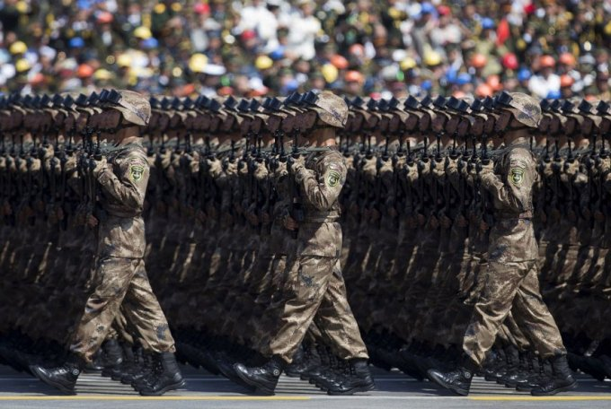 Военный парад, Пекин, 3 сентября 2015. Кстати, китайская армия — крупнейшая по численности в мире (2 390 000 человек на действительной службе). (Фото Andy Wong | Reuters)