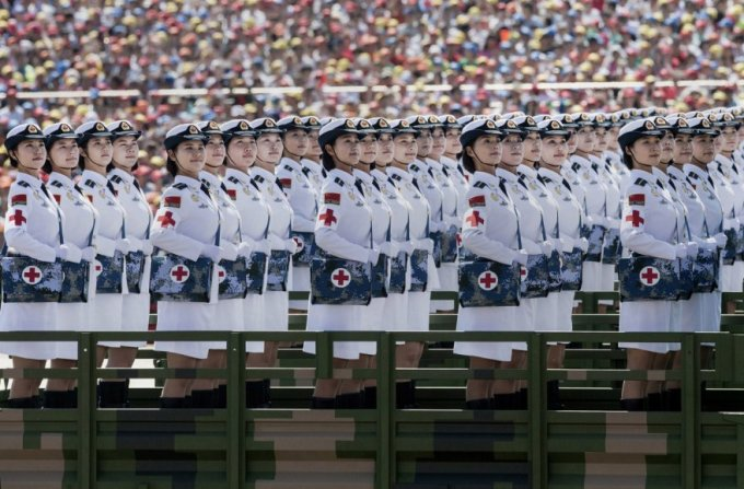 Китайские солдатки. Военный парад на площади Тяньаньмэнь в Пекине, 3 сентября 2015. (Фото Kevin Frayer)