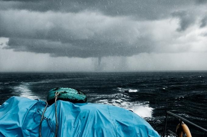 Появление тайфуна в море.