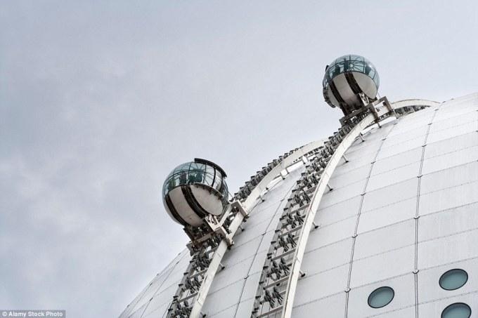 Подъёмник SkyView на внешней стороне арены Эрикссон-Глоб в Стокгольме, Швеция.