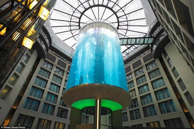 Аквариум AquaDom в Берлине.