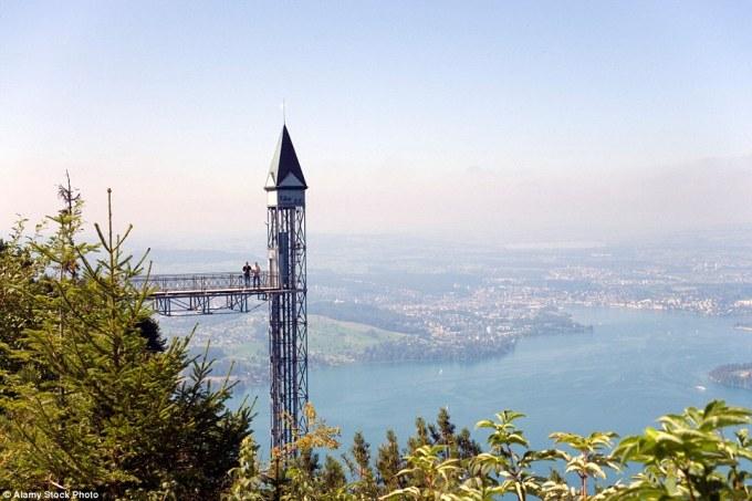 Лифт Хамметшванд в Эннетбюргене в Швейцарии имеет высоту 153 метра и считается самым высоким подъёмником в Европе. Туристы поднимаются на смотровую площадку, откуда открывается вид на Фирвальдштетское озеро и Альпы.