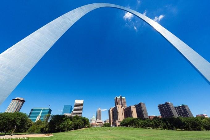 Арка в Сент-Луисе, или «Врата на запад», в штате Миссури имеет высоту 192 метра. Встроенный лифт поднимает туристов на вершину арки, где находится смотровая площадка.