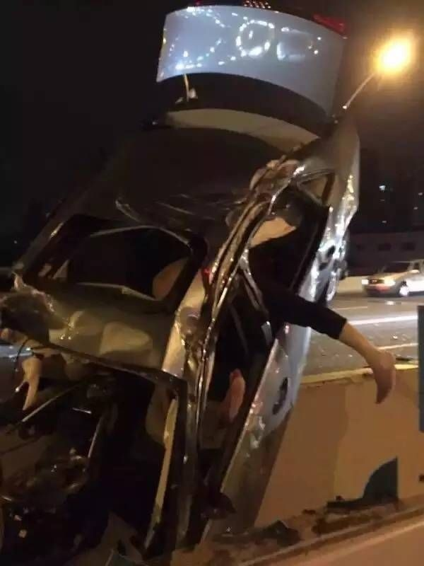 v-kitae-avtomobilist-lihach-popal-v-dtp-i-povis-na-mostu-1