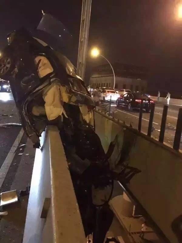 v-kitae-avtomobilist-lihach-popal-v-dtp-i-povis-na-mostu-4