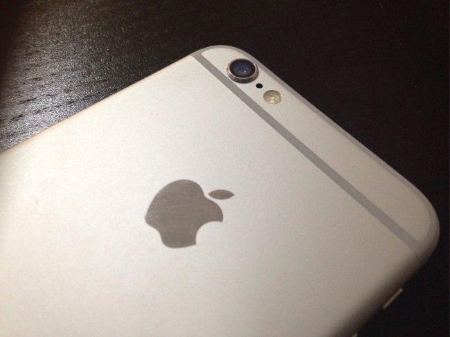 zachem-v-iphone-eto-malenkoe-otverstie2