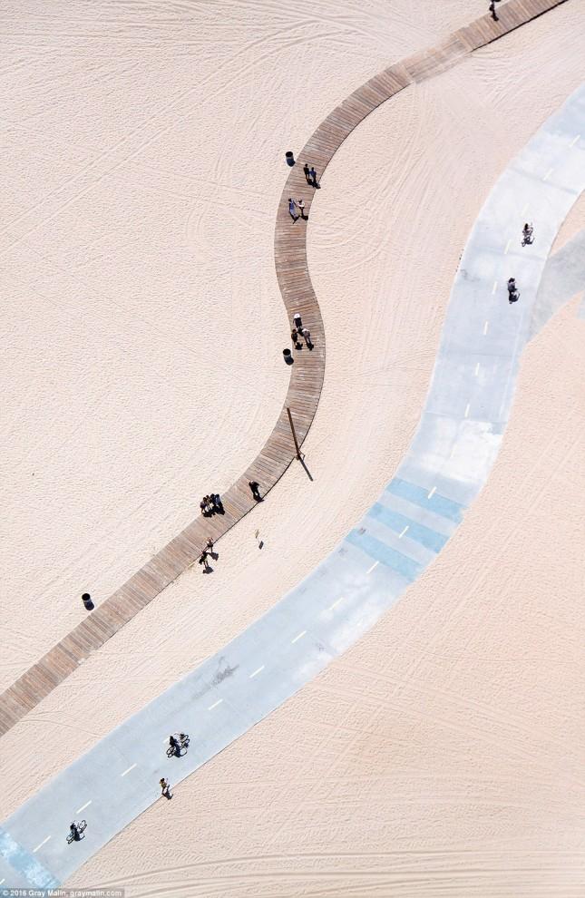 Пешеходная дорожка из досок и асфальтированная велодорожка в Санта-Монике, США.