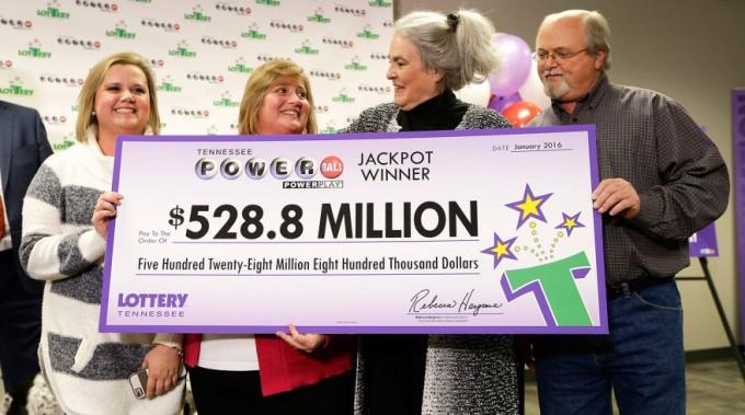 Джон Робинсон с женой Лизой (вторая слева направо) и дочерью Тиффани (слева) получают чек в лотерейной штаб-квартире Теннесси, 15 января 2016 года