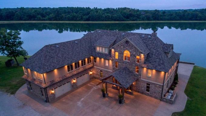 Новый дом победителей лотереи Powerball на берегу озера