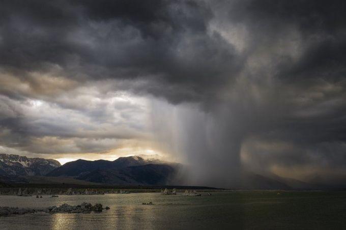 Вечерний шторм над озером Моно (Калифорния)