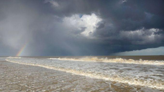 Шторм и радуга над морем