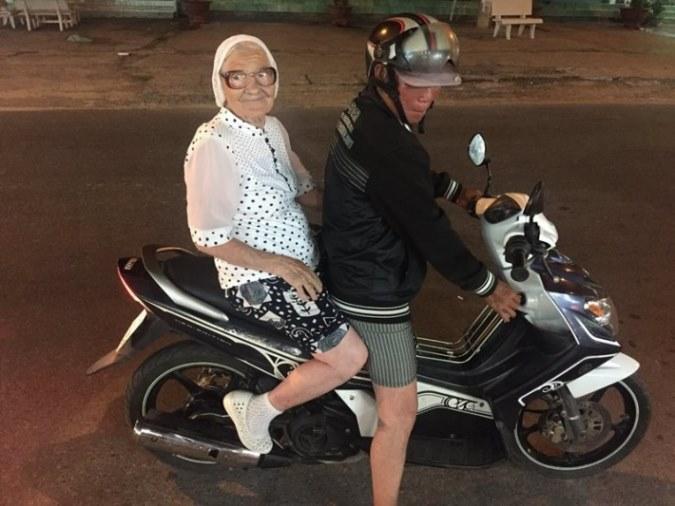 89-letnya-jitelnica-puteshestvuet-po-miru-1