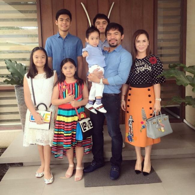 Боксер со своей большой семьей